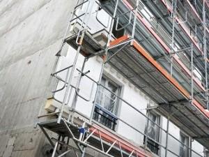 travaux façade avec protection rampe et film fenêtre