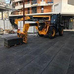 Vos protections temporaires livrées sur chantier - Dalle PVC 80cm x 120cm - passage engins